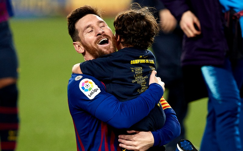 messi-ciro-hug-barca-after-match