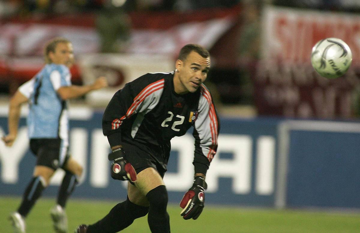 Venezuelan goalie Rafael Dudamel (R) fai