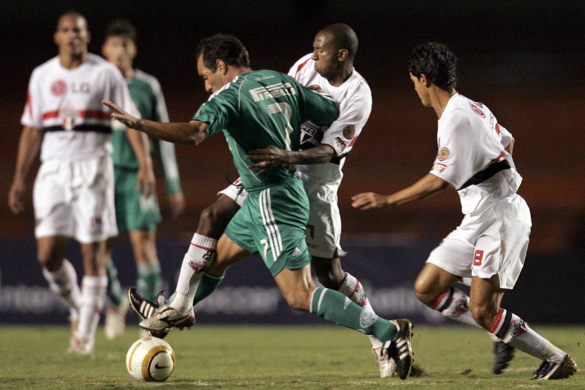 Edmundo (#7-L) of Palmeiras, fights for