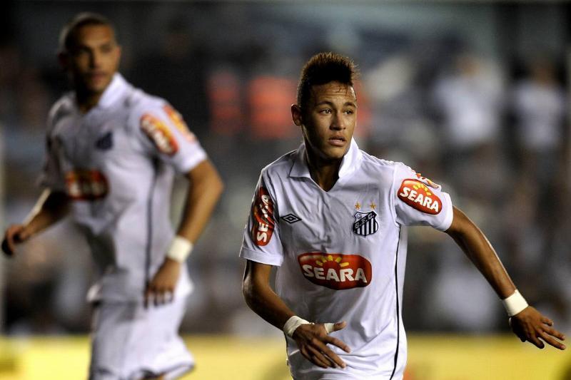 Brazilian football star Neymar (R), of S