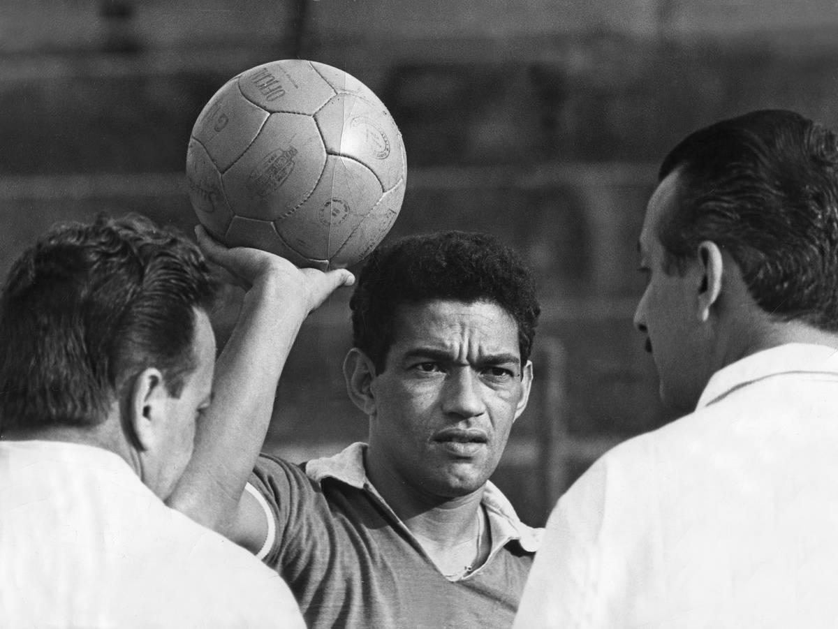 GARRINCHA (Manuel Francisco dos Santos), Brazilian footballer, *1933-1983+, portrait with ball, 1966