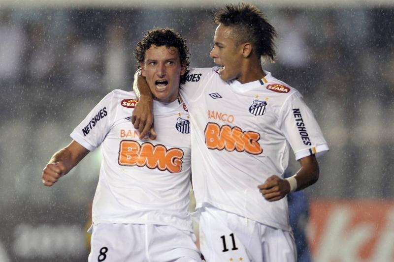 Elano (L), of Brazil's Santos FC, celebr