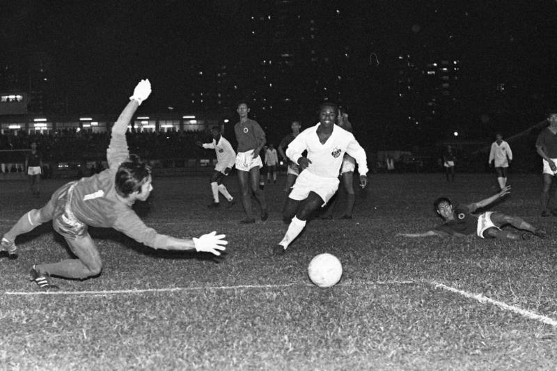 Santos' Edu going for goal against Hongkong's goalkeeper Chu Pak-wo during Hongkong vs Santos at the Hongkong Stadium. 10DEC70 SCMP/Chan Kiu