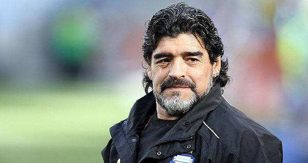 MCX01 CIUDAD DEL CABO (SUDÁFRICA) 3/07/2010 El entrenador argentino Diego Armando Maradona durante el calentamiento del equipo previo al partido Argentina-Alemania, correspondiente a los cuartos de final del Mundial de Fútbol de Sudáfrica 2010, disputado hoy, sábado, 3 de julio de 2010, en el estadio Green Point en Ciudad del Cabo.EFE/OLIVER WEIKEN PROHIBIDO SU USO PARA DISPOSITIVOS MÓVILES REMITIRSE A LAS CONDICIONES Y TÉRMINOS DE LA FIFA WORLD CUP 2010