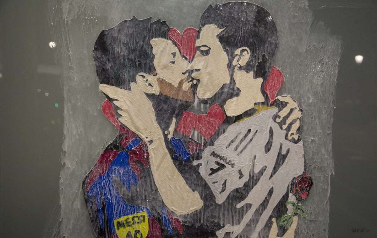 77. Beso CR7 Messi.jpg
